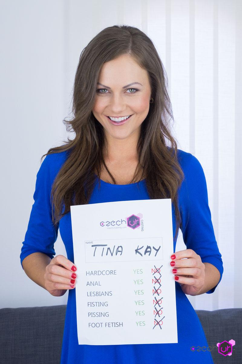 Tina Kay fingert sich an der Euro-Schlampe und gibt einen soliden Deepthroat-blasen